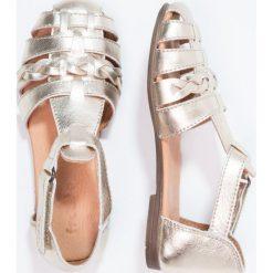 Froddo Sandały gold. Żółte sandały chłopięce marki Froddo, z materiału, z otwartym noskiem. W wyprzedaży za 202,30 zł.