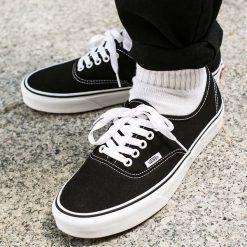 Buty Vans U Authentic Black (VEE3BLK). Czarne buty sportowe damskie Vans, z materiału. Za 219,99 zł.