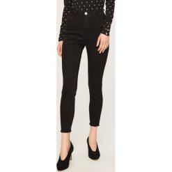 Jeansy z wysokim stanem - Czarny. Czarne spodnie z wysokim stanem Reserved, z jeansu. Za 99,99 zł.