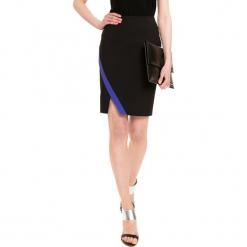 Spódnica w kolorze czarnym. Czarne spódniczki marki Simple, midi. W wyprzedaży za 119,95 zł.
