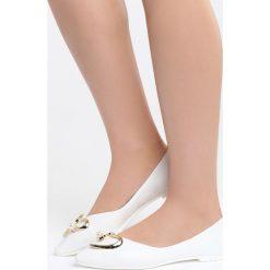 Białe Balerinki All Your Wishes. Białe baleriny damskie marki Born2be, z lakierowanej skóry, na obcasie. Za 59,99 zł.