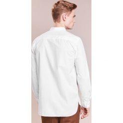 Filippa K PETER WASHED Koszula white. Niebieskie koszule męskie marki Polo Ralph Lauren, m, z bawełny, polo. Za 549,00 zł.