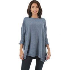 Sweter w kolorze niebieskim. Niebieskie swetry klasyczne damskie marki L'étoile du cachemire, z kaszmiru, z okrągłym kołnierzem. W wyprzedaży za 129,95 zł.