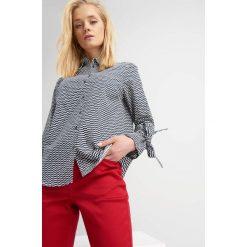 Koszule wiązane damskie: Koszula z rozkloszowanymi rękawami