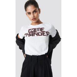 NA-KD T-shirt Game Changer - White. Białe t-shirty damskie NA-KD, z nadrukiem, z bawełny, z okrągłym kołnierzem. Za 72,95 zł.