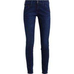 Tommy Jeans LOW RISE SKINNY SCARLETT Jeans Skinny Fit florida dark blue. Niebieskie jeansy damskie marki Tommy Jeans. W wyprzedaży za 359,20 zł.