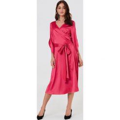 Rut&Circle Kopertowa sukienka Fab - Pink. Różowe długie sukienki marki numoco, l, z dekoltem w łódkę, oversize. Za 202,95 zł.