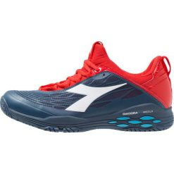 Diadora SPEED BLUSHIELD FLY AG Obuwie multicourt dark blue/red capital. Niebieskie buty do tenisa męskie Diadora, z gumy. Za 529,00 zł.