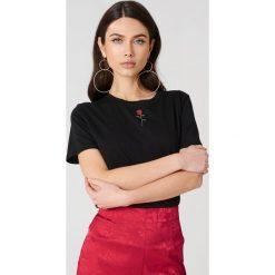 NA-KD T-shirt z haftowaną różą - Black. Czarne t-shirty damskie NA-KD, z haftami, z bawełny, z klasycznym kołnierzykiem. Za 60,95 zł.