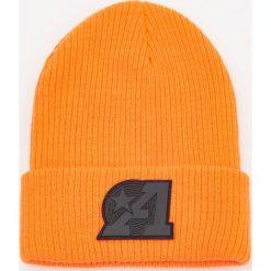 Czapka z gumową aplikacją - Pomarańczo. Pomarańczowe czapki męskie Reserved, z aplikacjami, z gumy. Za 39,99 zł.