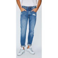 Tommy Jeans - Jeansy Modern. Niebieskie jeansy męskie z dziurami marki Tommy Jeans. W wyprzedaży za 399,90 zł.