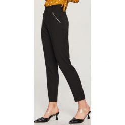 Spodnie z wysokim stanem - Czarny. Białe spodnie z wysokim stanem marki Reserved, l, z dzianiny. Za 99,99 zł.