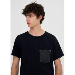T-shirty męskie: Koszulka z kieszonką z ćwiekami