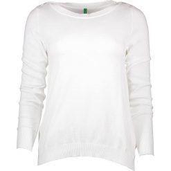 Sweter w kolorze białym. Białe swetry klasyczne damskie marki Benetton, s, z bawełny, z okrągłym kołnierzem. W wyprzedaży za 54,95 zł.