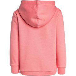 Bench SCRIPT HOODY Bluza z kapturem strawberry pink. Czerwone bluzy dziewczęce rozpinane Bench, z bawełny, z kapturem. W wyprzedaży za 170,10 zł.