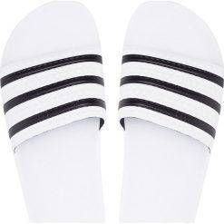 Adidas Originals - Klapki Adilette. Białe chodaki męskie adidas Originals, z materiału. W wyprzedaży za 149,90 zł.