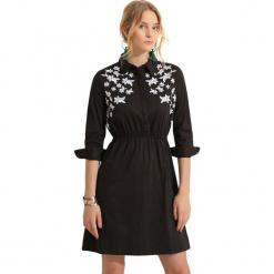 Sukienka w kolorze czarnym. Czarne sukienki rozkloszowane marki Almatrichi, z klasycznym kołnierzykiem, midi. W wyprzedaży za 179,95 zł.
