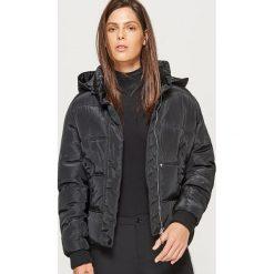Krótka kurtka z kapturem - Czarny. Czarne kurtki damskie marki Cropp, l, z kapturem. W wyprzedaży za 149,99 zł.