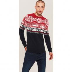 Sweter z zimowym motywem - Czerwony. Czerwone swetry klasyczne męskie marki Andrew James, l, z kaszmiru, z dekoltem w serek. Za 99,99 zł.