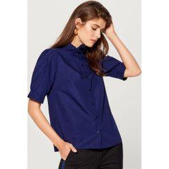 Koszula z wiązaniem na dekolcie - Fioletowy. Fioletowe koszule wiązane damskie marki Mohito. Za 89,99 zł.