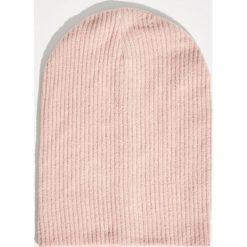 Prążkowana czapka - Różowy. Czerwone czapki zimowe damskie Sinsay, prążkowane. Za 19,99 zł.