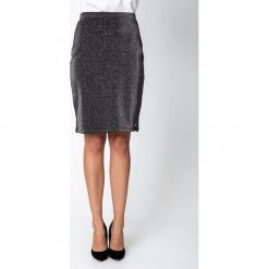 Czarna błyszcząca spódnica QUIOSQUE. Czarne spódnice wieczorowe marki QUIOSQUE, z dzianiny, kopertowe. Za 119,99 zł.