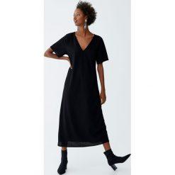 Długa sukienka z krótkim rękawem. Czarne długie sukienki Pull&Bear, z długim rękawem. Za 99,90 zł.