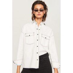 Koszula z kontrastowym przeszyciem - Biały. Białe koszule damskie marki Reserved, l, z dzianiny. Za 119,99 zł.