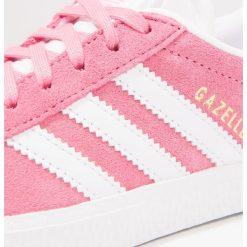 Adidas Originals GAZELLE Tenisówki i Trampki easy pink/footwear white. Czerwone trampki dziewczęce marki adidas Originals, z materiału. Za 249,00 zł.