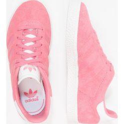 Adidas Originals GAZELLE Tenisówki i Trampki chalk pink/footwear white. Czerwone trampki dziewczęce marki adidas Originals, z materiału. Za 269,00 zł.