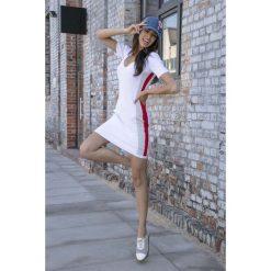 Biała Sportowa Prążkowana Mini Sukienka z Lampasem. Białe sukienki dzianinowe marki Molly.pl, na lato, l, sportowe, dekolt w kształcie v, z krótkim rękawem, mini, dopasowane. Za 149,90 zł.