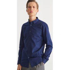 Bawełniana koszula slim fit - Granatowy. Niebieskie koszule męskie slim Reserved, m, z bawełny. Za 69,99 zł.