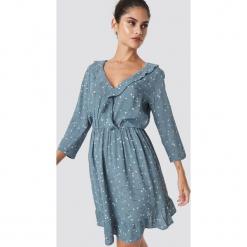 Minimum Sukienka Barbel - Blue. Niebieskie długie sukienki marki Minimum, dekolt w kształcie v, z długim rękawem. Za 364,95 zł.