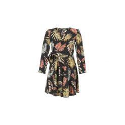 Sukienki krótkie Betty London  HYPO. Sukienki małe czarne marki Betty London, l, z krótkim rękawem. Za 125,30 zł.