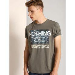 T-SHIRT KRÓTKI RĘKAW MĘSKI Z NADRUKIEM. Szare t-shirty męskie z nadrukiem Top Secret, na jesień, m, z klasycznym kołnierzykiem. Za 19,99 zł.