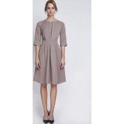 Beżowa Wizytowa Sukienka z Szerokim Dołem w Zakładki. Czarne sukienki balowe marki Reserved. Za 149,00 zł.