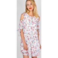 Sukienki hiszpanki: Sukienka w kwiaty z wyciętymi ramionami