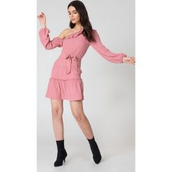 NA-KD Boho Sukienka z odkrytymi ramionami - Pink. Niebieskie sukienki asymetryczne marki NA-KD Boho, na imprezę, w koronkowe wzory, z koronki, boho, na ramiączkach, mini. W wyprzedaży za 60,98 zł.