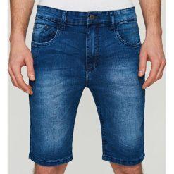 Jeansowe szorty SLIM FIT - Granatowy. Czerwone spodenki jeansowe męskie marki Cropp. W wyprzedaży za 29,99 zł.