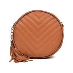 Skórzana torebka w kolorze koniaku - (S)19 x (W)19 x (G)6 cm. Brązowe torebki klasyczne damskie Akcesoria na sylwestrową noc, z aplikacjami, z materiału, pikowane. W wyprzedaży za 219,95 zł.