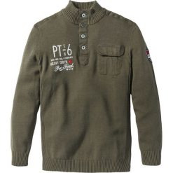 Sweter ze stójką Regular Fit bonprix ciemnooliwkowy. Zielone golfy męskie marki bonprix, l, z aplikacjami. Za 109,99 zł.