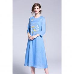 Sukienka w kolorze niebieskim. Niebieskie sukienki na komunię marki Zeraco, z dekoltem na plecach, midi. W wyprzedaży za 379,95 zł.