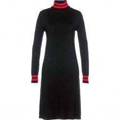 Sukienka dzianinowa bonprix czarno-truskawkowy w paski. Czerwone sukienki dzianinowe marki bonprix, w paski, z golfem. Za 109,99 zł.