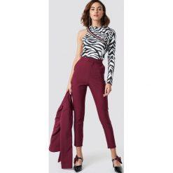 Spodnie damskie: NA-KD Trend Dopasowane spodnie garniturowe - Red
