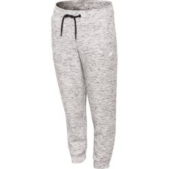 Spodnie sportowe dla dużych dziewcząt JSPDTR401 - CIEPŁY JASNY SZARY. Szare spodnie chłopięce marki 4F JUNIOR, z dzianiny. Za 49,99 zł.
