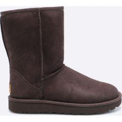 UGG - Botki Classic Short II. Czarne buty zimowe damskie Ugg, z materiału, z okrągłym noskiem, na obcasie. Za 939,90 zł.