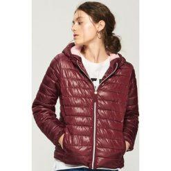 Pikowana kurtka z kapturem - Bordowy. Czerwone kurtki damskie pikowane marki Sinsay, l, z kapturem. W wyprzedaży za 59,99 zł.