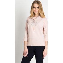Różowa bluza z dżetami z przodu QUIOSQUE. Czerwone bluzy sportowe damskie marki QUIOSQUE, z dzianiny, z długim rękawem, długie. W wyprzedaży za 49,99 zł.