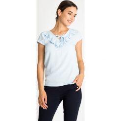 Błękitna bluzka z wiązanym dekoltem QUIOSQUE. Niebieskie bluzki dziewczęce z krótkim rękawem QUIOSQUE, w grochy, z lakierowanej skóry, z kopertowym dekoltem. W wyprzedaży za 96,00 zł.
