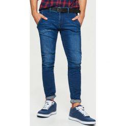 Jeansy SLIM z paskiem - Granatowy. Niebieskie jeansy męskie slim marki bonprix. Za 149,99 zł.